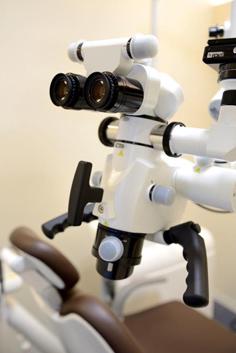 歯根等の治療を高精度で行う顕微鏡です
