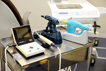 注入速度や圧力をコンピュータで制御する高性能な根管治療用装置です